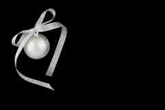 De decoratie zilveren bal van Kerstmis met zilveren ribbo royalty-vrije stock afbeelding