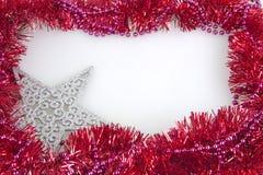 De decoratiekader van slinger kleurrijk die Kerstmis op witte achtergrond wordt geïsoleerd Stock Afbeeldingen
