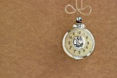 De decoratieklok van Kerstmis op bruine achtergrond Royalty-vrije Stock Afbeelding