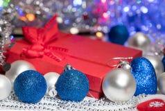 De decoratiekous en speelgoed van Kerstmisballen Stock Afbeeldingen
