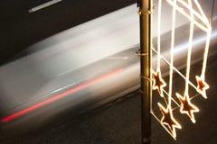 De decoratielicht van de Kerstmisstraat en een verzendend licht Stock Afbeelding