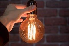 De decoratieve antieke bollen van het de stijl lichte wolfram van Edison tegen bakstenen muurachtergrond stock afbeeldingen