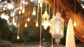 De decoratieve antieke van de de stijlgloeidraad van Edison gloeilampen die in het hout, glaslantaarn hangen stock videobeelden