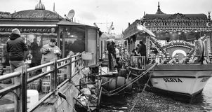 De decoratieve boten die vissen verkopen klemt dichtbij de Galata-Brug Royalty-vrije Stock Foto