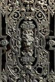 De decoratieve deur van het venstermetaal met een leeuwgezicht stock foto
