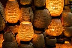 De decoratieve die lantaarns van ambachtsbamboe worden gemaakt vlechten mand in de oude stad van Hoi An, Vietnam stock afbeeldingen