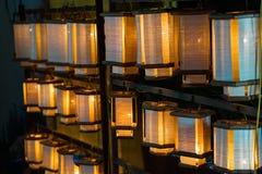 De decoratieve die lantaarns van ambachtsbamboe worden gemaakt vlechten mand in de oude stad van Hoi An, Vietnam stock afbeelding