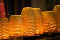 De decoratieve die lantaarns van ambachtsbamboe worden gemaakt vlechten mand in de oude stad van Hoi An, Vietnam stock fotografie