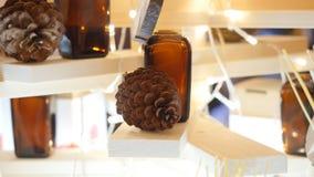 De decoratieve glasflessen etherische olie voor aromatherapy zijn op een kuuroordsalon stock foto's
