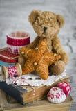 De decoratieve Kerstmisster, oude boeken, document vormen voor baksel, stuk speelgoed draagt Stock Foto's