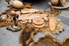 De decoratieve koppen van dienbladenkommen van hout op beerbont Stock Foto
