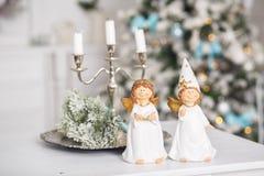 De decoratieve samenstelling van Kerstmis Decor voor Nieuwjaar met kleine engelen Stock Foto's