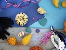 De decoratieve samenstelling van pompoenen, peren, stikte poppen en voelde harten op een blauwe achtergrond van verschillende tex royalty-vrije stock afbeelding