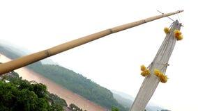 De decoratieve textielstrookopwinding in de wind, achtergrond is de Mekong rivier stock videobeelden