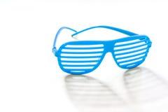 De decoratieve zonnebril in een strook ligt op een witte achtergrond met stock afbeelding