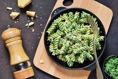 De deegwaren met pestosaus zijn een traditionele Italiaanse schotel Rotini De achtergrond van het voedsel stock afbeeldingen