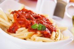De deegwaren van de macaroni met tomatensaus Stock Fotografie