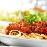 De deegwaren van de spaghetti met de saus van het tomatenrundvlees met lens F Stock Fotografie