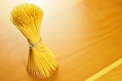 De deegwaren van de spaghetti op een houten hakbord Stock Afbeelding