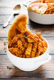 De Deegwaren van Fusilli met Kip Gekookt in kruidige saus van tomaten, ui, knoflook, droge orego en thyme, paprika en olijfolie Royalty-vrije Stock Foto's