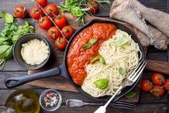 De deegwaren van de spaghetti met tomatensaus Stock Foto's