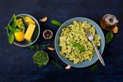 De deegwaren van veganistfarfalle in een basilicum-spinazie saus met knoflook Stock Afbeelding