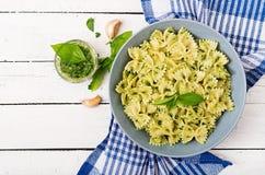 De deegwaren van veganistfarfalle in een basilicum-spinazie saus met knoflook Royalty-vrije Stock Foto