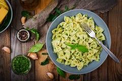 De deegwaren van veganistfarfalle in een basilicum-spinazie saus met knoflook Royalty-vrije Stock Afbeelding