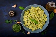 De deegwaren van veganistfarfalle in een basilicum-spinazie saus met knoflook Royalty-vrije Stock Foto's