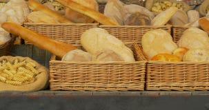 De Deegwarenmarkt van het graangewassenbrood stock videobeelden