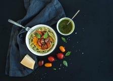 De deegwarenspaghetti met pestosaus, basilicum, vertraagt stock foto's