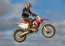 De deelnemer van de motocrosspraktijk in Tain MX, Schotland. royalty-vrije stock afbeelding