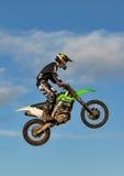 De deelnemer van de motocrosspraktijk in Tain MX, Schotland. stock fotografie