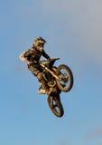 De deelnemer van de motocrosspraktijk in Tain MX, Schotland. stock foto