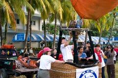 De deelnemers blazen - omhoog hun ballon Stock Afbeeldingen