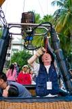 De deelnemers blazen - omhoog hun ballons Stock Foto's