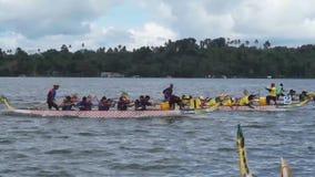 De deelnemers concurreren op Sporten Inheemse Rij Dragon Head Boat tijdens Dragon Cup Competition stock footage