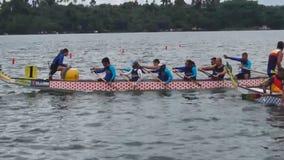 De deelnemers concurreren op Sporten Inheemse Rij Dragon Head Boat tijdens Dragon Cup Competition stock videobeelden
