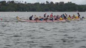 De deelnemers concurreren op Sporten Inheemse Rij Dragon Head Boat tijdens Dragon Cup Competition stock video