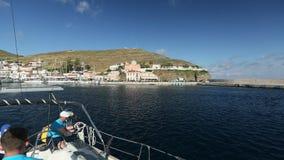 De deelnemers in de varende Lente van 2014 van regatta elfde Ellada onder Grieks eiland groeperen zich in het Egeïsche Overzees stock videobeelden