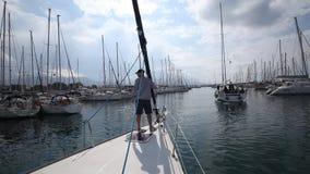De deelnemers in de varende Lente van 2014 van regatta elfde Ellada onder Grieks eiland groeperen zich in het Egeïsche Overzees stock video