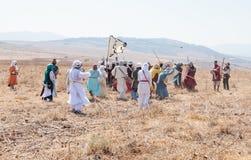 De deelnemers in de wederopbouw van Hoornen van Hattin vechten in 1187 deelnemen te voet aan de slag op het slagveld dichtbij Tib Stock Foto
