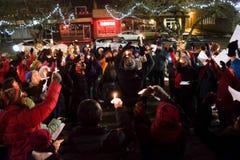 De deelnemers houden omhoog kaarsen bij wake voor de kiezers van de V.S. in de verkiezing van 2016 Stock Afbeeldingen