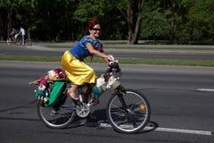 De deelnemers in de jaarlijkse fietsers Carnaval berijden langs Pobediteley-Weg royalty-vrije stock fotografie