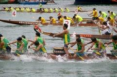 De deelnemers paddelen hun boten Royalty-vrije Stock Afbeelding