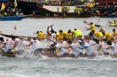 De deelnemers paddelen hun boten Stock Foto