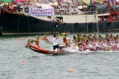 De deelnemers paddelen hun boten Royalty-vrije Stock Foto's