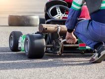 De deelnemers passen en passen kart het karting van competities, autosporten, karting competities, close-up, optimalisatie aan royalty-vrije stock foto's