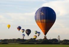 De deelnemers van de avondvlucht van het Festival van het ballooning royalty-vrije stock foto