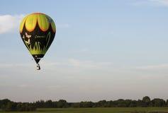 De deelnemers van de avondvlucht van het Festival van het ballooning royalty-vrije stock afbeeldingen